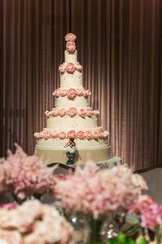 This pretty blooms wedding cake photography is perfect! #weddingcake #wedding #dubaiphotographer #epicreels #dubai #roseweddingcake