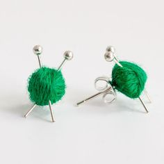Ohrstecker in grün mit Wolle und Stricknadel, Kleine Ohrringe mit Woll Kneulen / Studs in green with whool and knitting needle, small earrings with whool knot by Maxsworld via DaWanda.com