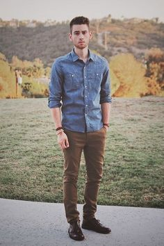 Denim shirts for men, men denim shirt outfit, brown pants outfit, man outfi Outfits Casual, Style Casual, Men Casual, Fashion Outfits, Style Men, Casual Fall, Casual Shoes, Men's Casual Fashion, Fall Outfits