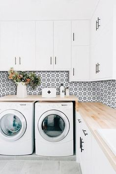 Making a simple laundry room update to maximize its function and look together with cheap accessories and simple layout designs Image 32 - SHAIROOM. Small Closet Space, Small Space Kitchen, Small Closets, Small Spaces, Look Wallpaper, Kitchen Wallpaper, Backsplash Wallpaper, Kitchen Backsplash, Wallpaper Ideas