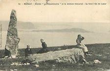 """Morgat - le Menhir """" La Républicaine """" et  """"Le Dolmen Renversé"""" - Ile de L'Aber au fond"""