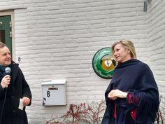 BREUKELEN - Wethouder Jacqueline Koops heeft maandagmiddag de eerste AED buitenkast in Breukelen onthuld. Het burgerinitiatief Hartreanimatie Stichtse Vecht heeft het actie ondernomen om bestaande AED's onder te brengen in een netwerk van buitenkasten.
