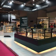 VISTA display cases and DAISY serve-overs@INTERSICOP2019 Service Counter, Displays, Self Service, Display Cases, Bakery Design, Donuts, Madrid, Daisy, Kitchen Appliances