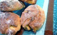Bolinhos tradicionais do Natal feitos na região da Estremadura em Portugal. Merendeiras são bolos de abóbora cozidos no forno. Esta receita tradicionalmente é feita com 1 abóbora média, uns 5 a 6 kg, por isso se quiserem fazer com uma abóbora inteira, começa por pesar a abóbora e modificar as quantidades para sair bem. Receita de Merendeiras do Natal Ingredientes Abóbora Menina - 2kg Farinha de Milho Branco - 500gr Farinha - 420gr Fermento de Padeiro - 10gr Manteiga - 25gr Açúcar - 220gr… Portuguese Bread, Portuguese Desserts, Portuguese Recipes, Food C, Good Food, Biscuits, Muffins, Portugal, Little Cakes