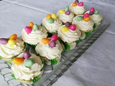 Malé tortičky s vaječným likérom v ceste aj kréme Mini Cupcakes, Muffins, Food, Muffin, Essen, Meals, Yemek, Eten, Cupcakes