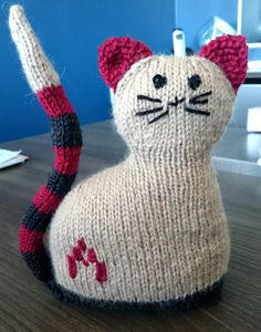 Chat gris crochet cat graphs t Crochet cats and Crochet Knitted Cat, Knitted Animals, Knitted Dolls, Crochet Toys, Animal Knitting Patterns, Loom Patterns, Loom Bands, Knitted Heart Pattern, Bunny Blanket