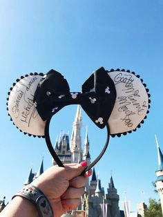 I love these easy DIY Mickey Ears! Perfect to wear to Disney World or Disneyland. Would also make for a great birthday party activity! Disney Ears Headband, Diy Disney Ears, Disney Headbands, Disney Mickey Ears, Ear Headbands, Disney Diy, Disney Crafts, Cute Disney, Disney Style