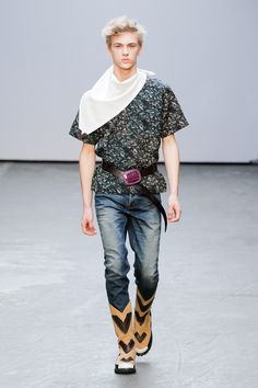 """""""Je regarde rarement les films western, mais pourtant j'imagine aisément l'image du cowboy"""". L'image du créateur chinois Xander Zhou de ces garçons du Far West américain est bien loin de celle que nous avons l'habitude de voir... #xanderzhou #londonfashionweek #runway #défilé #hiver2015 #fall2015 #cowboy #farwest #denim #menswear"""