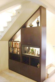 Estante embaixo da escada. Projeto do Studio RDZ - arquiteta Rosanna Diniz.