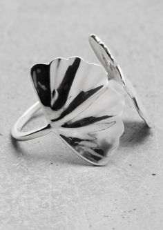 Très jolie bague ! Lara Melchior ginkgo ring | & Other Stories