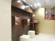 mensola a muro con ante scorrevoli, cubi da esposizione e tavolino