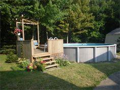 Deck de piscine hors terre avec une petite terrasse for Prix piscine hors terre 24 pieds
