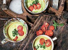 Aveludado, o creme gelado de abacate é quase um guacamole. Acompanhado de saladinha de tomate, leva iogurte e pimenta-verde (Foto: Rogério Voltan/Editora Globo)