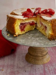 Vanilla cake stuffed with ricotta & strawberries Call the Cook Greek Sweets, Cake Bars, Dessert Recipes, Desserts, Winter Food, Cake Cookies, Ricotta, Vanilla Cake, Biscuits