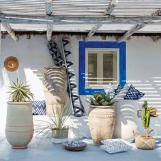 The INDIGO mango wood trinket bowl with blue and white designs will make you feel like you're on holiday. Take a look at the unfinished mango exte Tropical Home Decor, Tropical Houses, Mexican Courtyard, Greek Garden, Australia House, Pot Jardin, Greek Design, Mediterranean Style Homes, Terracota
