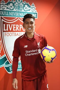 Roberto Firmino of Liverpool with his hat-trick ball at the end of the Premier League match between Liverpool FC and Arsenal FC at Anfield on December 2018 in Liverpool, United Kingdom. Ynwa Liverpool, Salah Liverpool, Liverpool Players, Liverpool Football Club, Good Soccer Players, Football Players, Football Jerseys, Liverpool You'll Never Walk Alone, Manchester United Team