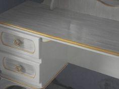 Escrivaninha pintada e envelhecida, com espelho exelente presente para sua filha. Serve para estudos e estudio de beleza 4 gavetas com puxadores e espelho. R$ 900,00
