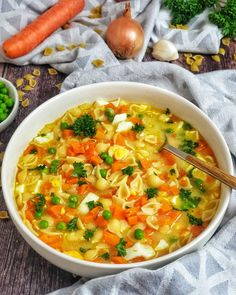 Nudelsuppe mit Möhre und Ei Such a nice noodle soup with vegetables warms your body and soul. This soup needs only a few ingredients and is particularly popular with children. Healthy Chicken Recipes, Salmon Recipes, Lunch Recipes, Vegetable Recipes, Healthy Dinner Recipes, Crockpot Recipes, Soup Recipes, Vegetarian Recipes, Healthy Lunches