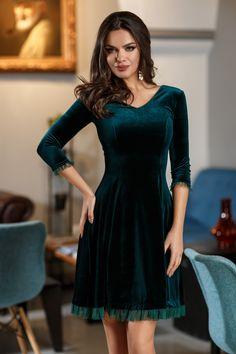 Rochie Ayana Verde - Rochie tip baby-doll din catifea verde accesorizata cu tull, ideala pentru evenimentele speciale din viata ta. Croiul lejer se potriveste perfect oricarei siluete iar acest lucru cu siguranta te va face sa radiezi. Modelul deosebit va face din aparitia ta, una cel putin spectaculoasa! material elast Free Pattern, Evening Dresses, Velvet, My Style, Vintage, Outfits, Clothes, Beautiful, Women