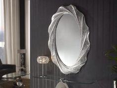 El modelo Gaudí Ovalado Plata, del fabricante Schuller, está fabricado con marco de poliuretano moldeado, decorado con mosaico de espejo quebrado y detalles en pan de plata. Mucho más en www.mundilamp.com