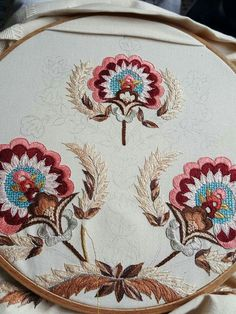 Jacobean Embroidery, Beaded Embroidery, Embroidery Thread, Machine Embroidery, Embroidery Neck Designs, Embroidery Patterns, Brazilian Embroidery, Design Crafts, Needle And Thread