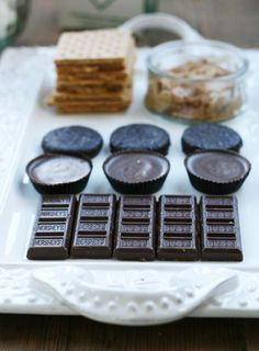 A DIY s'mores bar is an easy dessert option for your next get-together. Stovetop s'mores are the best. Peanut Butter Cup Smoothie Recipe, Peanut Butter Cups, Smoothie Recipes, Snack Recipes, Sweets Recipes, Making Chocolate Covered Strawberries, Cheap Meals, Cheap Recipes, S'mores Bar