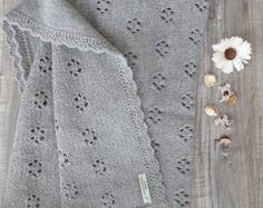 Copertina fiocco di neve colore grigio fatta a mano ai ferri - lana ed alpaca per un filato di lusso - idea regalo per nascita