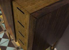 Formabilio - Seventy nightstand WRA è un pezzo di arredo per camere da letto o piccole stanze. Dal design retrò e minimale, può essere utizzato sia come comodino, sia come mobile contenitore . è dotato di 4 cassetti ed uno scomparto chiuso da un'anta scorrevole. è realizzabile in varie qualità di legnami, principalmente legni usati o di recupero.