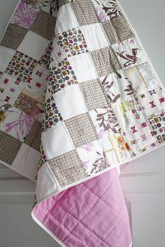 Näh Dir Deine Patchworkdecke!: Ob fürs Sofa, als Bettüberwurf oder als individuelles Geschenk für ein Baby – Patchworkdecken, auch Quilts genannt, sehen einfach hinreißend aus. Das Spiel mit den kleinen Stoffstückchen macht unheimlich viel Spaß und weckt die kreative Experimentierfreude. Je nach Auswahl der Stoffdesigns und Anordnung entstehen immer neue Bilder. Hier kann man auch mal in die Stoffrestekiste greifen, je fantasievoller der Mix desto ...