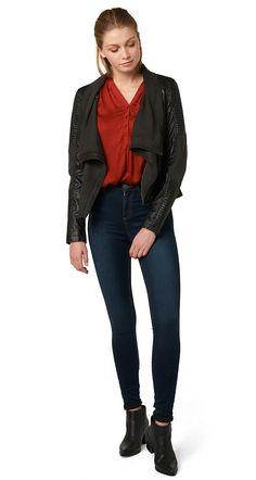 High-Waist Jeans für Frauen (unifarben, mit Knopf und Reißverschluss verschließbar) aus Denim mit Stretch-Anteil, leichte Waschung am Bein, Farblich abgesetzte Nähte, TOM TAILOR Denim Leder Logo Badge hinten. Material: 69 % Baumwolle 29 % Polyester 2 % Elasthan...