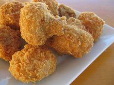 lavar y secar bien los champiñones untarlos en mantequilla para que se pegue bien la harina despues pasarlos por huevo y pan rallado casero para que quede mas crujiente y freir en abundante aceite