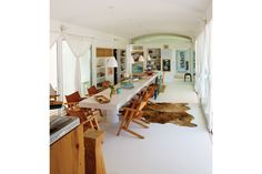 Una casa con estilo náutico  La vista larga hacia el comedor llega hasta el pasillo ambientado con un cuadro y una vasija antigua