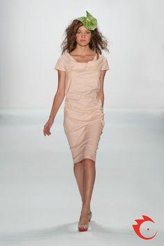 Anja Gockel - knielanges Sommerkleid aus Leinengemisch, mit Wasserfallausschnitt und Raffungen in der Seitennaht des Rocks.