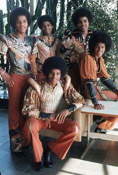The Jacksons in their orange stage costumes at their home The Jackson Five, Jackson Family, Janet Jackson, Photos Of Michael Jackson, Michael Jackson Bad Era, Paris Jackson, Vintage Black Glamour, The Jacksons, Motown