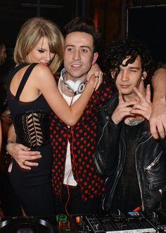 Pin for Later: Warum wollten alle Stars knuddeln bei den BRIT Awards? Dabei ließ sie uns fast die Gerüchte vergessen, dass sie Matt Healy (ganz rechts) datet