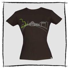 """Sattes dunkelbraun plus hellgrau und fröhlich-grün - das sind die Farben für das aroshi Motiv """"Bod-ee"""". Baumwollshirt, Öko-Tex und Fair Wear. Das Bode Museum ist ein """"hervor-ragendes"""" Gebäude auf der Museeumsinsel in Berlin. Die Lage an der Spreegabelung inspirierte zum Motiv-Namen und Shirts mit Bode Motiv sind im Bode-Shop zu finden. Der Museumskomplex gehört seit 1999 zum Weltkulturerbe der UNESCO und ist noch in der Ausbauphase."""