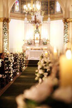Flores brancas na decoração da igreja