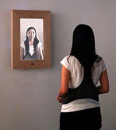 《鏡の中の肖像》キム・ドンホ,イム・スンユル,カン・キュンキュ《鏡の中の肖像》2008年 ヴィデオカメラと画像センサーに解析され,鑑賞者の姿がリアルタイムで鏡面タイプの液晶ディスプレイに映しだされる.現われるイメージのタッチは作品と鑑賞者の距離によって決まり,鑑賞者が作品に近づくにつれて,その姿は一般的な鏡像から絵画のようなイメージに変化していく.デジタル時代の新しい肖像画のありかたを探る作品.