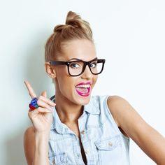 El maquillaje no tiene límites. Si llevas gafas, hacer que tus ojos se vean más grandes y sexys, es posible. No dejes que tu mirada se esconda detrás de tus lentes...