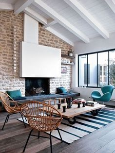 Nice living room with white fireplace / joli salon avec cheminée blanche | More photos http://petitlien.fr/maisonsdevacances