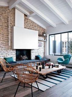 Nice living room with white fireplace / joli salon avec cheminée blanche | More photos http://petitlien.fr/maisonsdevacances