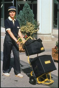 Années 1980 - Première poussette pour transporter le courrier lors d'une tournée de facteur à pied © L'Adresse Musée de La Poste / La Poste, DR.