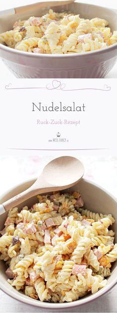 Das Rezept von einem super schnell gemachten Nudelsalat. Du brauchst nicht ganz so viele Zutaten und vom Zeitaufwand einfach der Knaller. #Nudelsalat