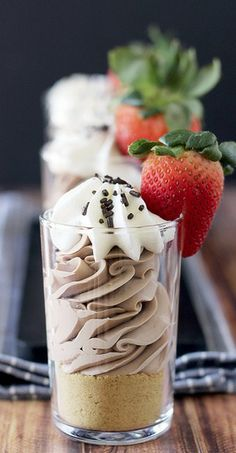These Baileys Irish Cream Cheesecake Parfaits are made with a Baileys infused chocolate, and mixed with cream cheese and whipped cream. The texture is perfectly light and airy for this no-bake cheesecake! Cheesecake Shooters, Baileys Cheesecake, Dessert Shooters, Cheesecake Recipes, Chocolate Cheesecake, Chocolate Pudding, Chocolate Cake, Lime Cheesecake, Chocolate Cream