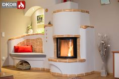 Klassischer Heizkamin mit keramischem Speicher. Nicht nur das große Kaminfeuer, sondern auch die Handkeramik spenden hier Wärme und Wohlbefinden.  Designed by DKOB - Deine Kachelofenbauer