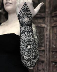 Tatuagem em pontilhismo criada por Caco Menegaz de Curitiba, Paraná.    Mandala em pontilhismo do ombro ao pulso.