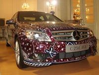 Wow, look Mercedes C250 sport Avangarde this type of course more exclusive resurfacing air brush with batik motifs on the entire body. Remarkably, again, batik on this luxury car is the fruit of his famous designers, Carmanita. Therefore, do not be surprised if the celebrities and national figures present when the car was introduced. They include Fauzi Bowo, Sofjan Wanandi, Ambassador of Germany, Austria, Saudi Arabia, and Malaysia. Launch was at City Hall DKI Jakarta!