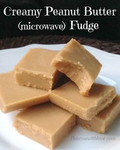 Easy Creamy Peanut Butter Fudge made in the microwave! - Easy Creamy Peanut Butter Fudge made in the microwave! Easy Cake Recipes, Candy Recipes, Sweet Recipes, Dessert Recipes, Peanut Butter Candy, Creamy Peanut Butter, Easy Peanut Butter Fudge, Easy Fudge, Easy Microwave Fudge