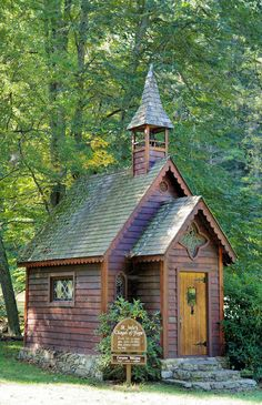 The tiny St. Jude's Chapel of Hope in Trust, North Carolina - near Asheville on a scenic drive in Madison County. Open to public. Old Country Churches, Old Churches, Abandoned Churches, Abandoned Cities, Casas Country, Chapel In The Woods, Church Pictures, Take Me To Church, Cathedral Church