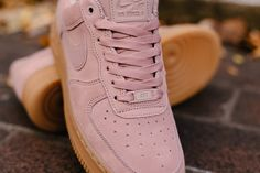 Product Name: Nike Air Force 1 '07 SE WMNS AA0287-600  Specifications: A women's exclusive for these high in demand Air Force 1 lows. With plush pink suede upper and a gum sole, it's a rare yet effective combo for one of Nike's most iconic silhouettes. Featuring a memory foam insole for that superb comfort with every step, finished with 'satin' like laces for to compliment that Special Edition title.  Colourway: Particle Pink / Particle Pink  Product Code: AA0287-600